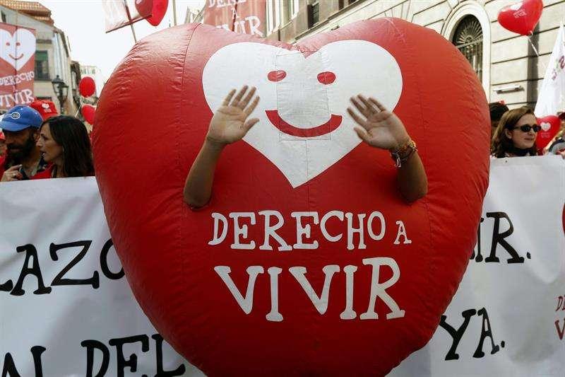Participante en la manifestación celebrada hoy en Madrid convocada por la plataforma Derecho a Vivir y la organización Hazteoir.org, para pedir al Gobierno que cumpla su compromiso de derogar la actual ley del aborto Foto: EFE