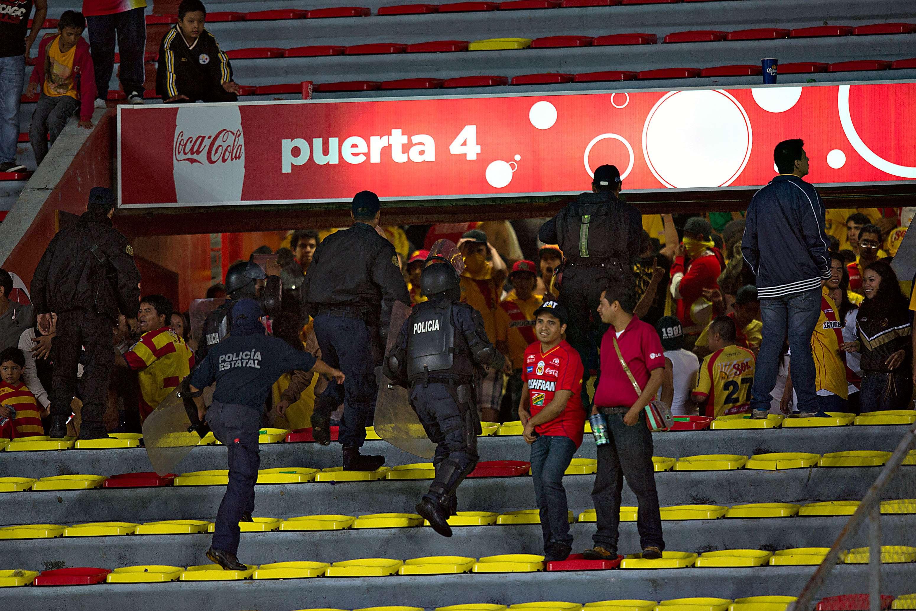 Los problemas en el Estadio Morelos en el partido entre Monarcas y Pumas de la UNAM. Foto: Mexsport