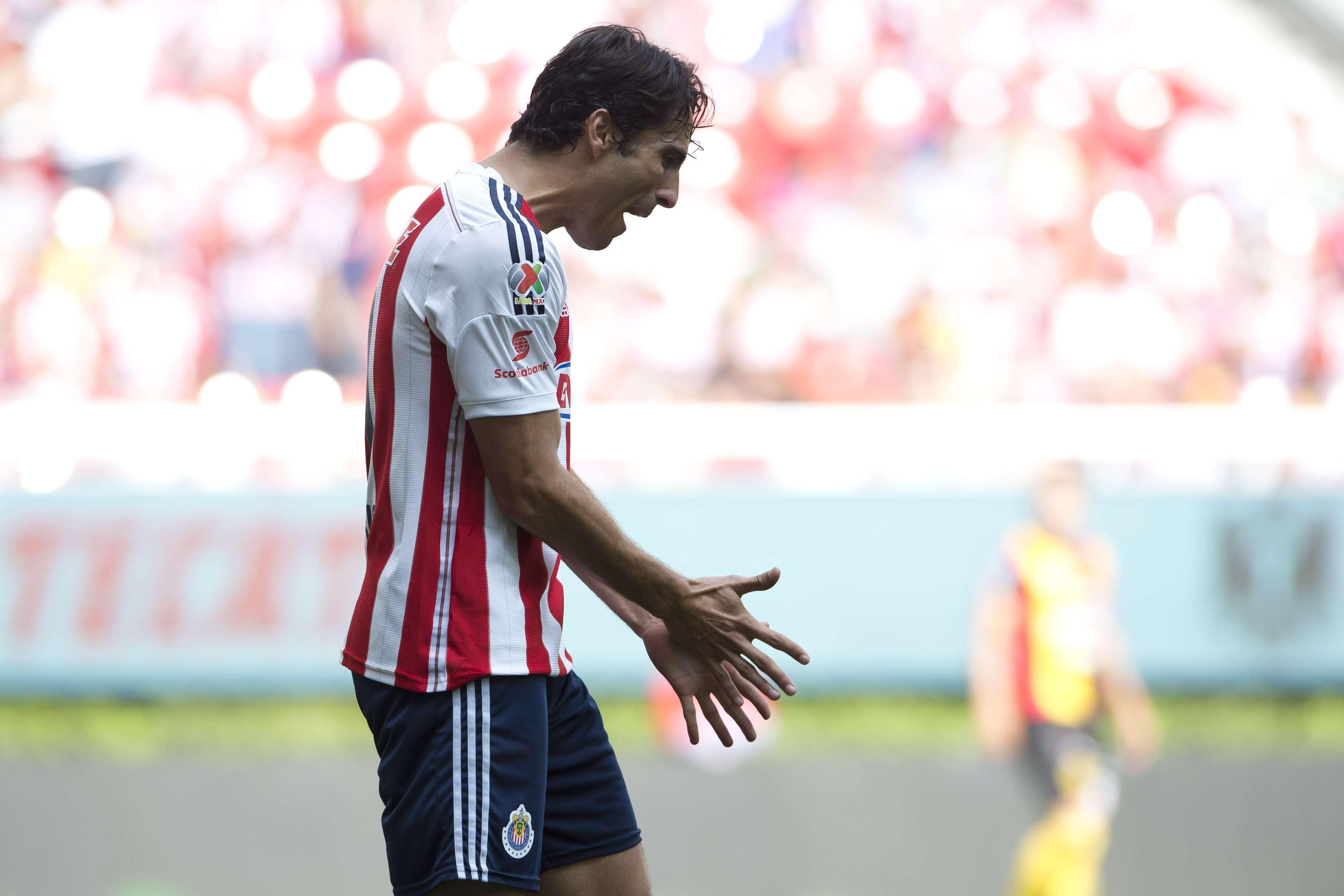 Aldo de Nigris sigue mal y de malas con Chivas, en donde no anota y ahora las lesiones no lo dejan tener actividad. Foto: Mexsport
