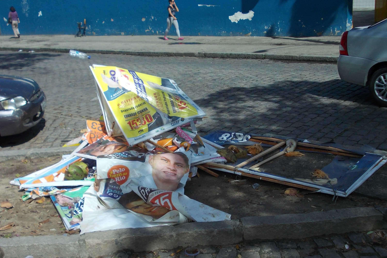 As eleições de 2014 já entraram para a história do Rio de Janeiro como uma das mais sujas, literalmente, da história; restando 15 dias para a realização do pleito, 90 toneladas de cartazes e outros objetos promocionais de candidatos foram coletados no Estado, três vezes mais do que em 2012 Foto: Arion Marinho/Futura Press