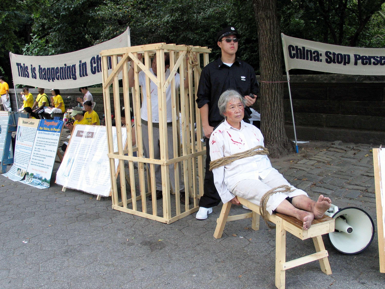 Manifestantes protestam contra objetos de tortura fabricados na China Foto: Michel Porro/Getty Images