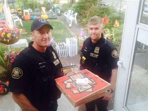 Huckins envió la foto a un portavoz de la policía, el sargento Pete Simpson. Luego vino un tuit y la patrulla de la pizza comenzó a hacerse conocida. Foto: AP en español