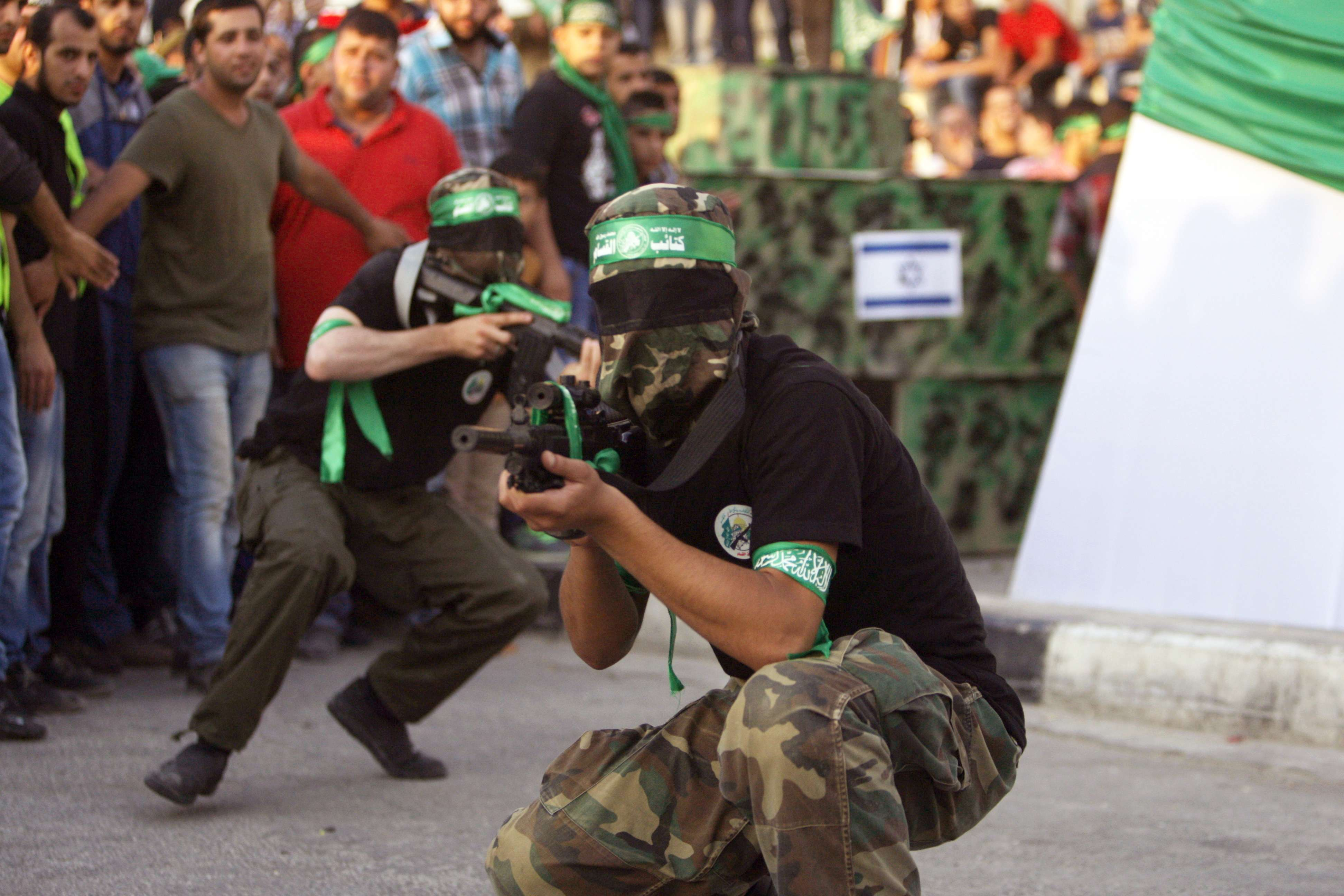 Miembros de Hamas muestran sus armas en la ciudad cisjordana de Nablus, en foto de archivo del 29 de agosto 2014. Foto: AP en español