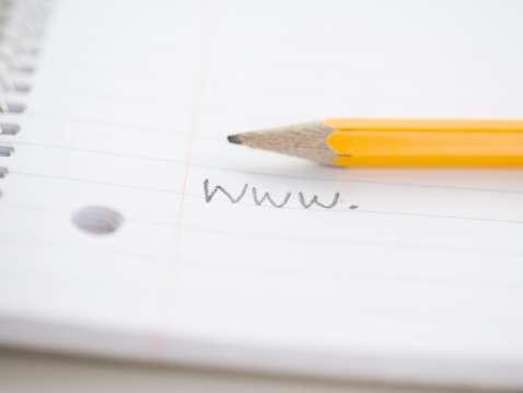 No hay nada peor que un largo dominio que es difícil de recordar. Al simplificar tu dominio hacerlo memorable, será mucho más fácil para los consumidores encontrar tu sitio. Foto: Getty Images