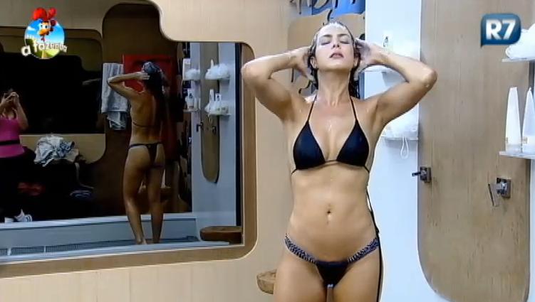 A ex-miss Brasil Débora Lyra deu show de sensualidade durante seu banho no reality show A Fazenda, da TV Record Foto: TV Record/Reprodução