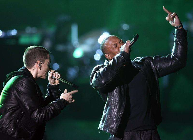 Eminem performs with Dr. Dre (R) at the 53rd annual Grammy Awards in Los Angeles, California, February 13, 2011. Foto: Lucy Nicholson/Reuters