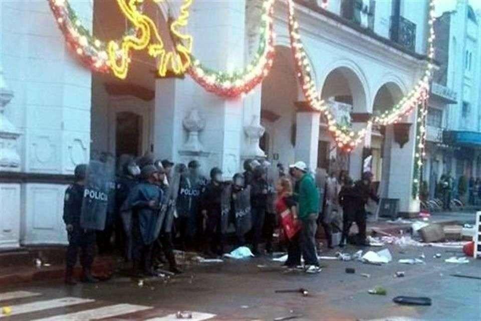Por la noche, la Policía Estatal continuaba resguardando las instalaciones municipales y brindando seguridad en las calles. Foto: Especial/Reforma