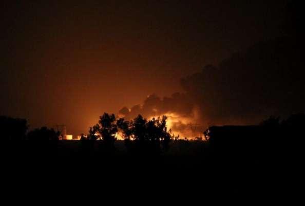 En Irak, Estados Unidos ya ha realizado al menos 190 ataques aéreos. En la imagen: incendio en la refinería de Baiji, en Irak, el 31 de julio pasado Foto: AFP/Archivo