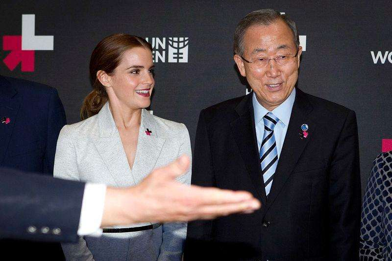 Actress Emma Watson (L) and United Nations Secretary General Ban Ki-moon are shown the way to the exit following a photo opportunity promoting the HeForShe campaign in New York September 20, 2014. Foto: Carlo Allegri/Reuters