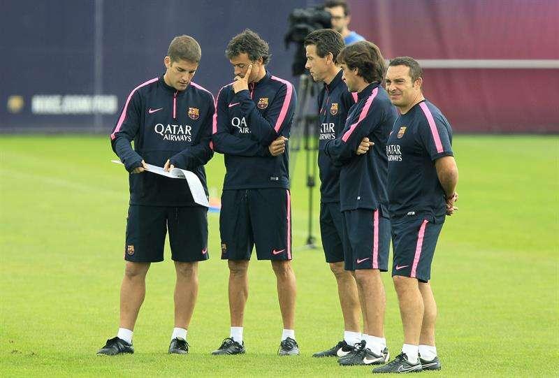 Luis Enrique charla con el resto del equipo técnico. Foto: EFE en español
