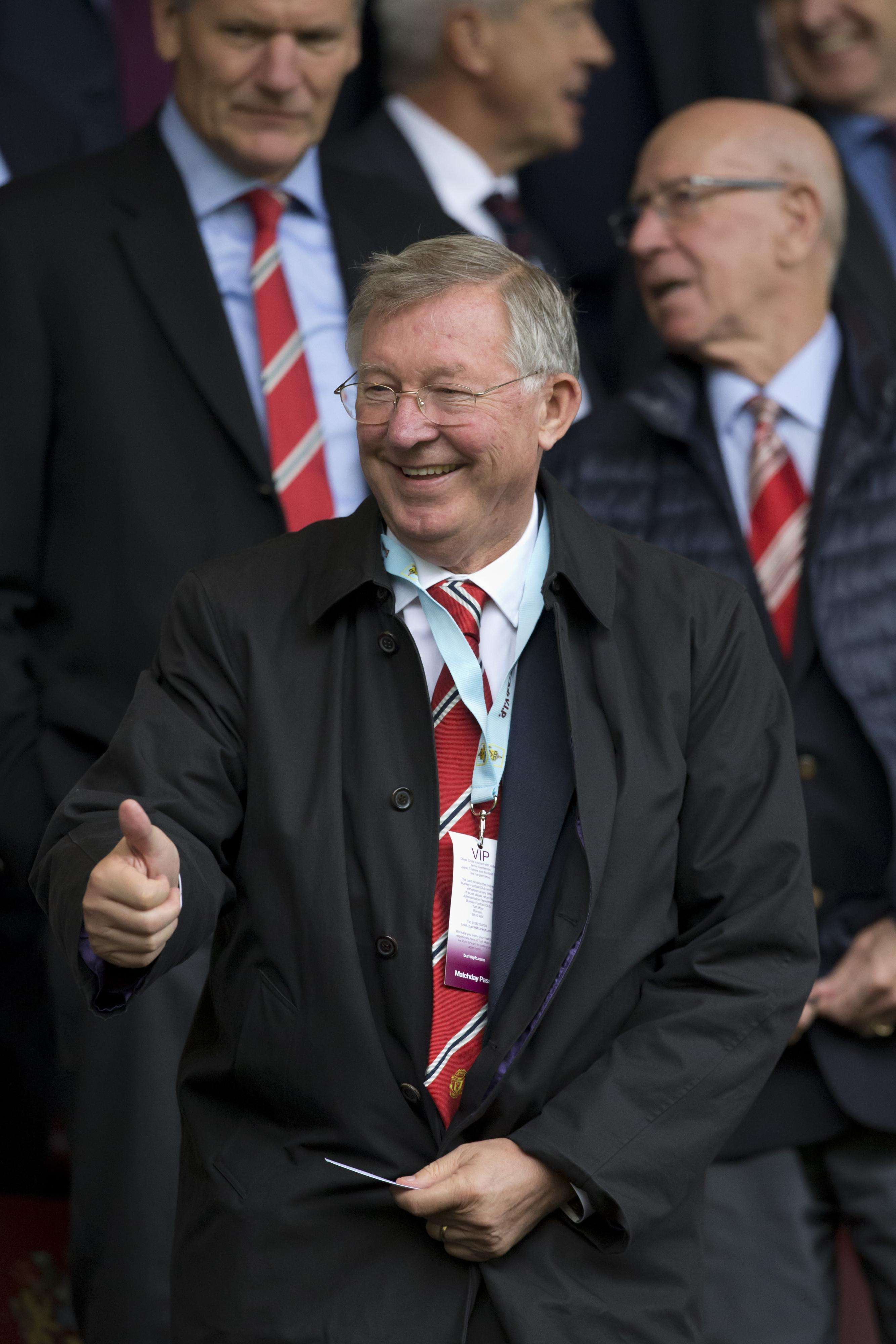 Former Manchester United manager Alex Ferguson makes a thumbs up gesture before the team's English Premier League soccer match against Burnley at Turf Moor Stadium, Burnley, England, Saturday Aug. 30, 2014. Foto: AP Images
