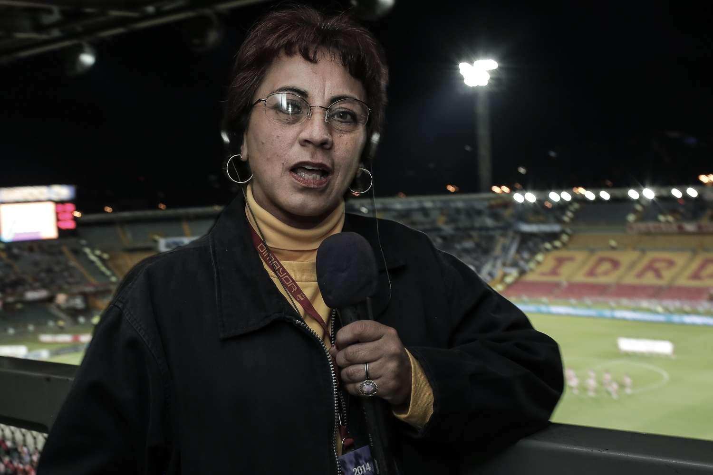 Claudia Helena Hernández, una de las primeras mujeres que hizo periodismo deportivo en Colombia. Foto: David Felipe Rincón/Terra Colombia