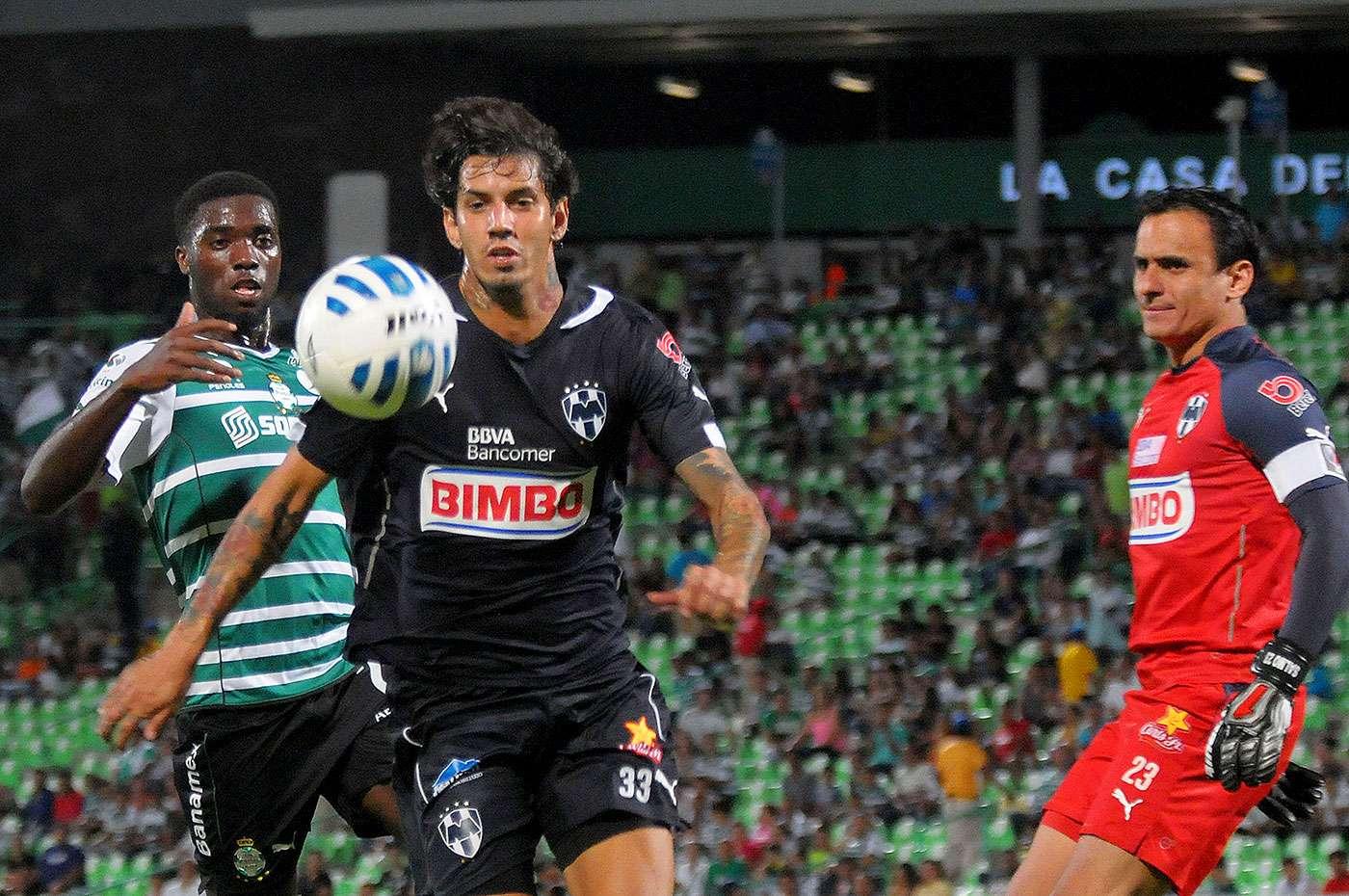 Con goles de Carlos Izquierdoz y Djaniny Tavares, Santos Laguna venció 2-1 a Rayados de Monterrey en el partido de vuelta de la llave 3 del grupo 2 de la Copa MX. El gol de Rayados fue marcado por Gael Acosta. Foto: Mexsport