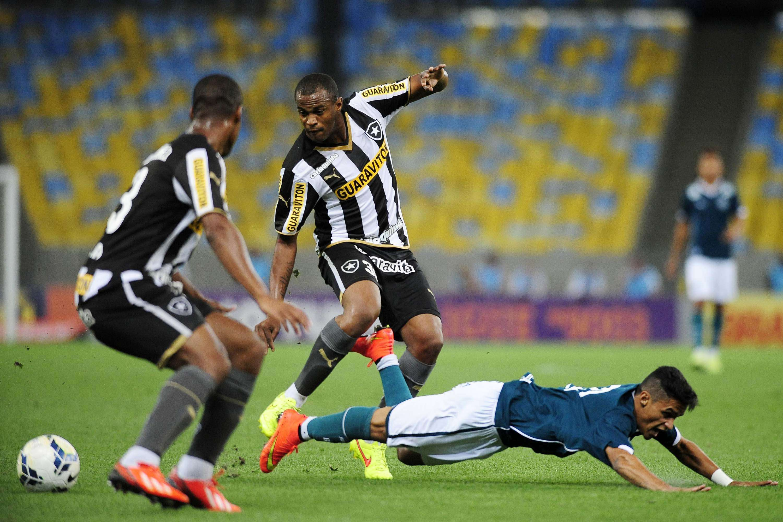 Aírton disputa bola no Maracanã Foto: Dhavid Normando/Futura Press