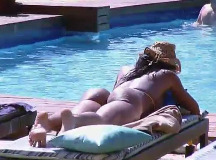 Peoas tomam banho de sol Foto: TV Record/Reprodução