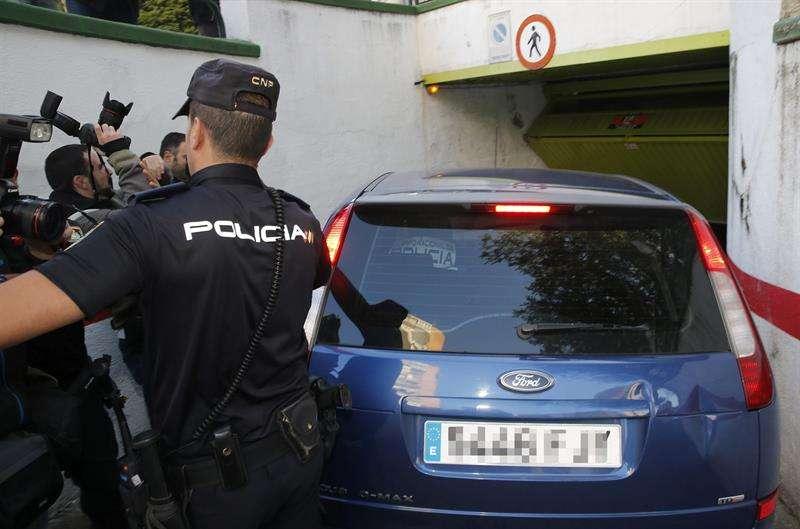El coche policial camuflado con cristales tintados que traslada al presunto pederasta de Ciudad Lineal entra en el garaje de la casa del barrio de Hortaleza de Madrid. Foto: EFE