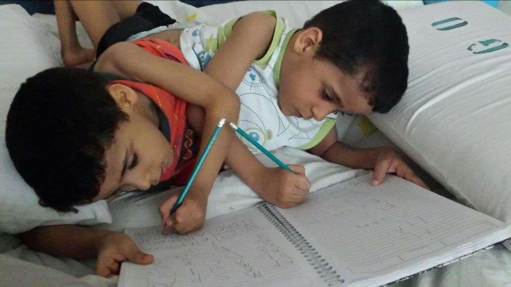 Arthur e Heitor têm cinco anos e já passaram pelo centro cirúrgico 14 vezes Foto: Arquivo Pessoal