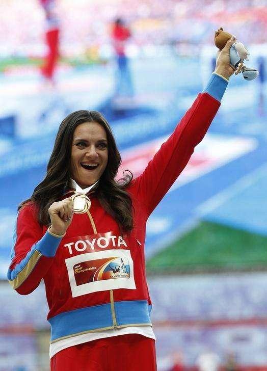 A bicampeã olímpica do salto com vara Yelena Isinbayeva comemora a vitória no Mundial de Atletismo em Moscou. Isinbayeva disse nesta quinta-feira que não vai competir no próximo ano, mas tem como objetivo disputar os Jogos Olímpicos do Rio de Janeiro em 2016 15/08/2013. Foto: Grigory Dukor/Reuters
