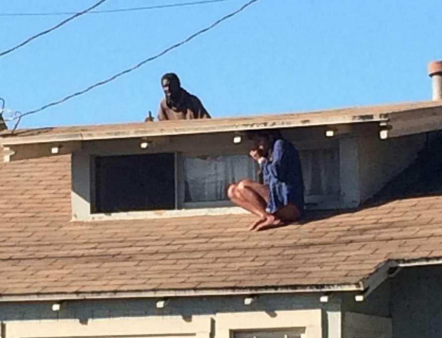 Momento terrível foi fotografado: atriz se esconde em telhado para fugir de invasor Foto: Twitter