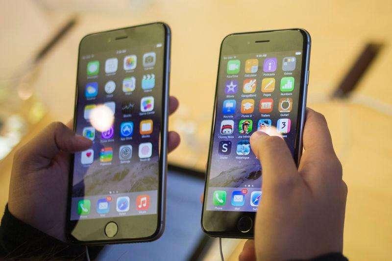 En la imagen, un cliente con un iPhone 6 (D) y un iPhone 6 Plus en Manhattan. Apple retiró una actualización con fallas de la última versión de su sistema operativo iOS 8 después de que muchos usuarios de sus nuevos celulares se quejaran de interrupciones en el servicio de llamadas, sumando uno más a una serie de problemas técnicos que complicaron el debut del iPhone 6 y el 6 Plus. Foto: Adrees Latif/Reuters