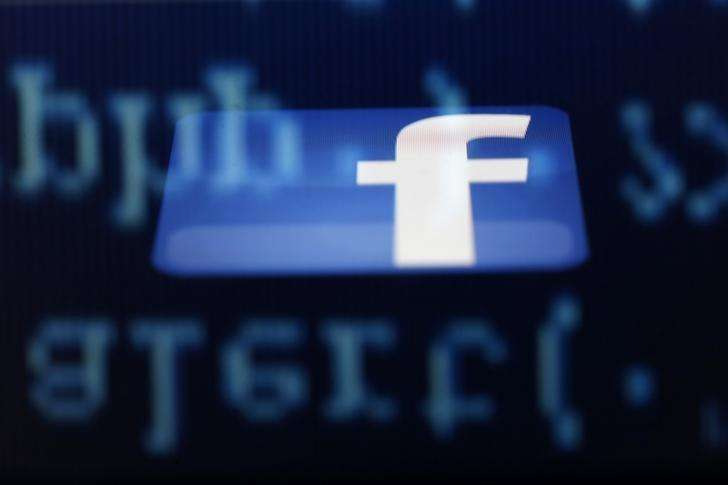 Imagen de archivo del logo de Facebook visto en la pantalla de un iPad en una ilustración realizada en Sarajevo, jun 18 2014. Facebook, la mayor red social del mundo, recibirá la aprobación sin condiciones de los reguladores de la Unión Europea por su oferta de 19.000 millones de dólares por el servicio de mensajería en móviles WhatsApp, dijeron el jueves dos personas familiarizadas con el tema. Foto: Dado Ruvic/Reuters