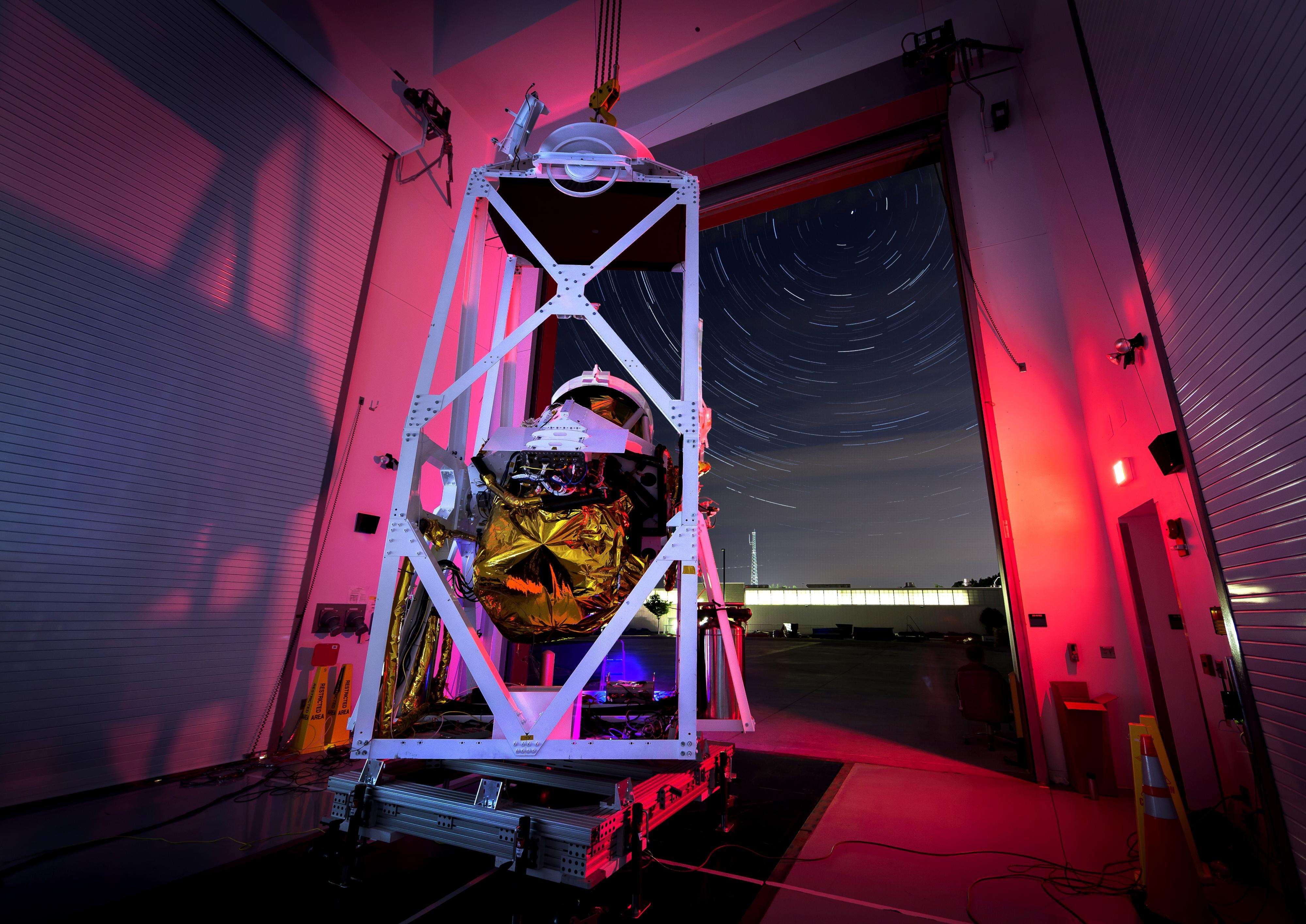 El 25 de septiembre de 2014 la NASA difundió una imagen de larga exposición compuesta por 100 fotos y que muestra a Polaris, la Estrella del Norte, y entorno a ella, los demás cuerpos celestes del universo, que parecen girar, pero en realidad se ven en movimiento por el efecto de rotación de la Tierra. Foto: NASA/JHUAPL