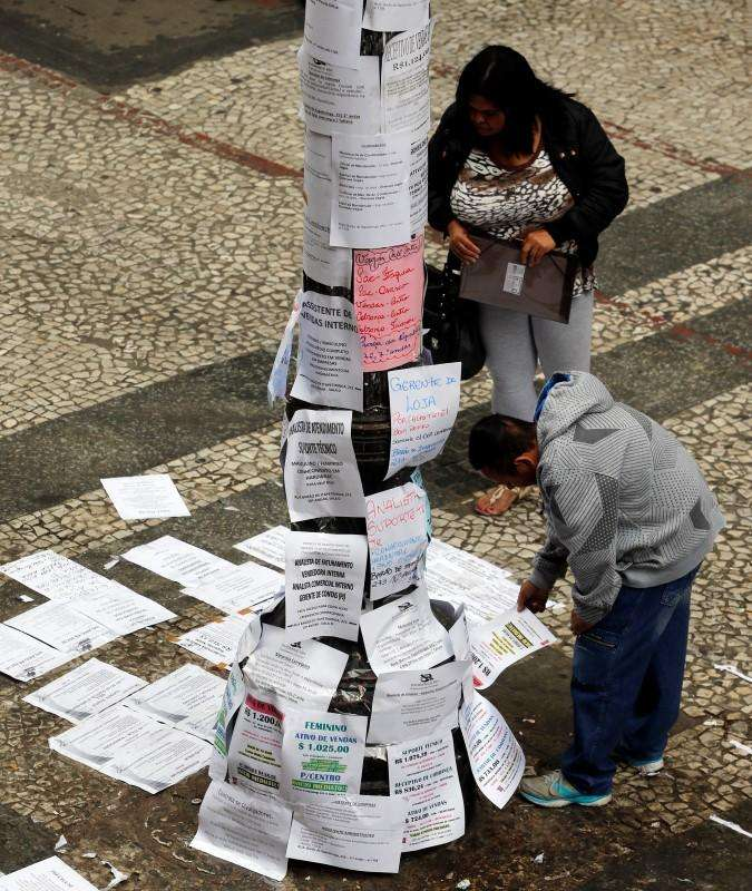 Pessoas olham vagas de emprego no centro de São Paulo. 13/08/2014 Foto: Paulo Whitaker/Reuters