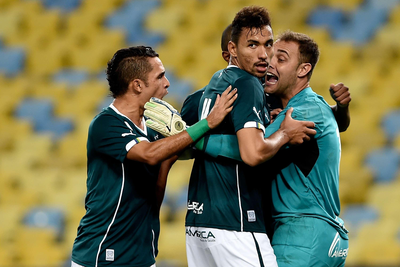 Renan pegou pênalti e fez boas defesas, mas não evitou derrota do Goiás Foto: Buda Mendes/Getty Images