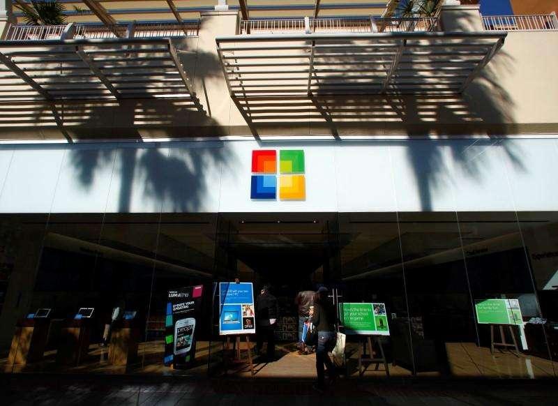 Imagen de archivo de una tienda de Microsfot en San Diego, EEUU, ene 18 2012. Microsoft Corp desvelará el martes el nuevo nombre de su producto más conocido, cuando ofrezca el primer vistazo oficial a su último sistema operativo Windows. Foto: Mike Blake/Reuters