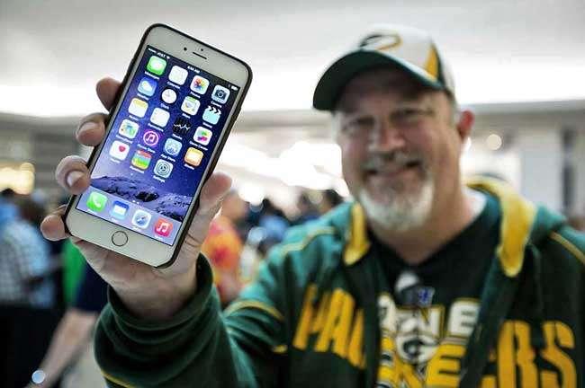 El iPhone 6 de Apple salió a la venta el pasado viernes en Estados Unidos y en el primer fin de semana se vendieron 10 millones de teléfonos, pero las quejas comenzaron casi de inmediato. Foto: Reforma