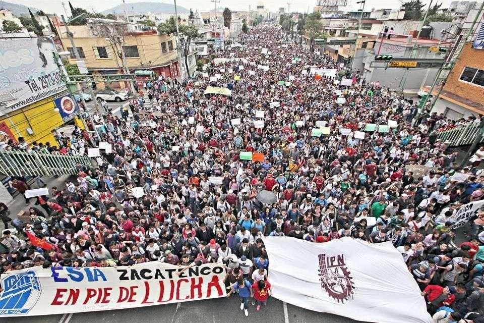 De forma extraoficial, 20 mil estudiantes salieron a las calles para protestar por nuevo reglamento en el IPN. Foto: Reforma
