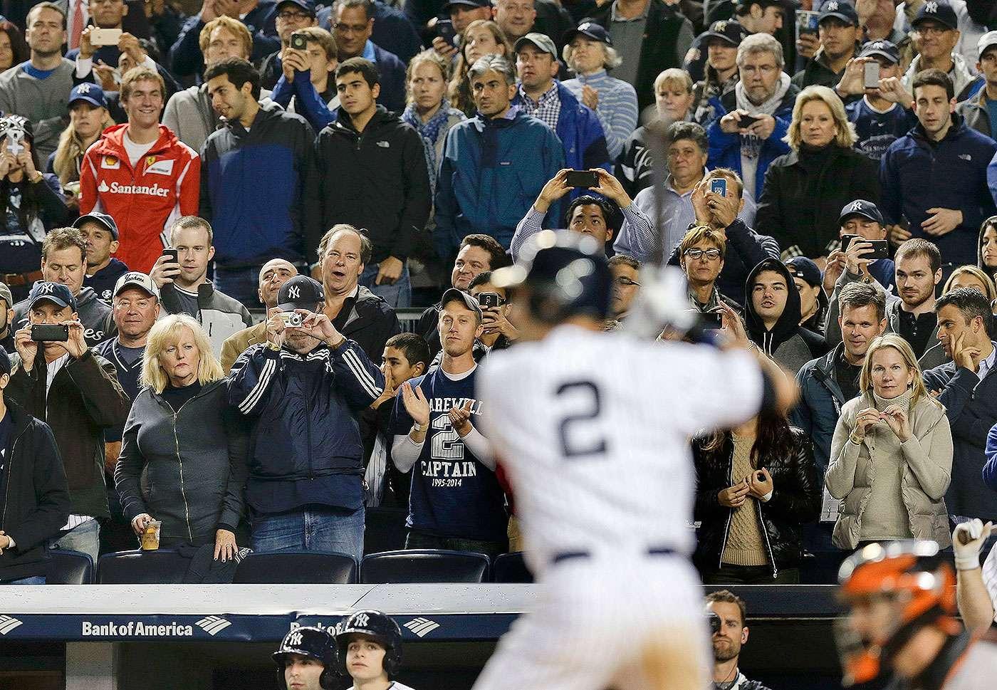El parador en corto de los Yanquis de Nueva York, Derek Jeter, jugó su último partido en el Yankee Stadium tras 20 años de carrera en las Grandes Ligas. Jeter bateó de 3-5 con tres carreras producidas y un ponche en el triunfo de los Yanquis por 6-5 sobre Orioles de Baltimore. Foto: AP