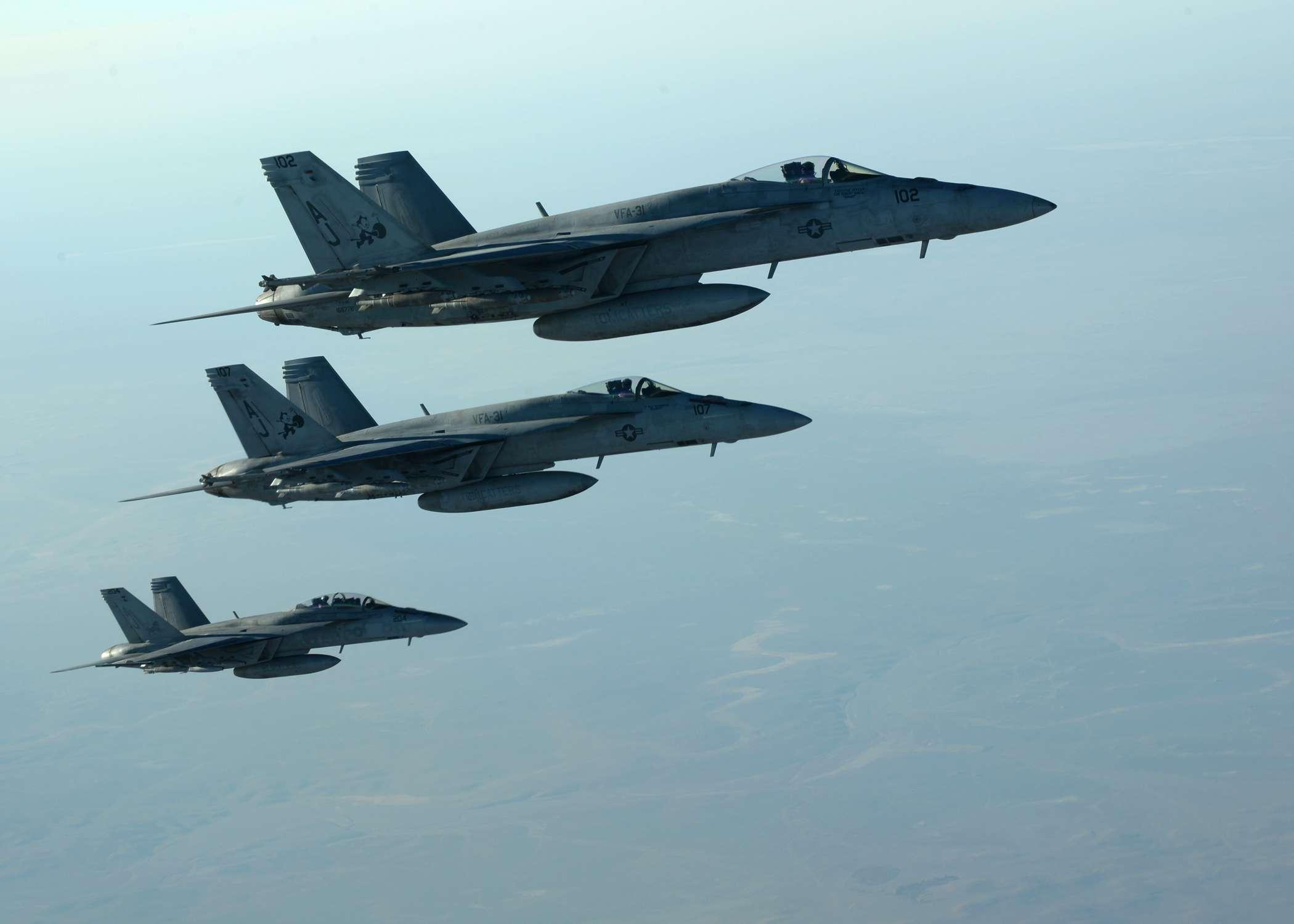 una formación de aviones F-18E Super Hornets parte tras repostar combustible sobre el norte de Irak, como parte de los ataques aéreos contra el grupo Estado Islámico y otros blancos en Siria. Foto: AP en español
