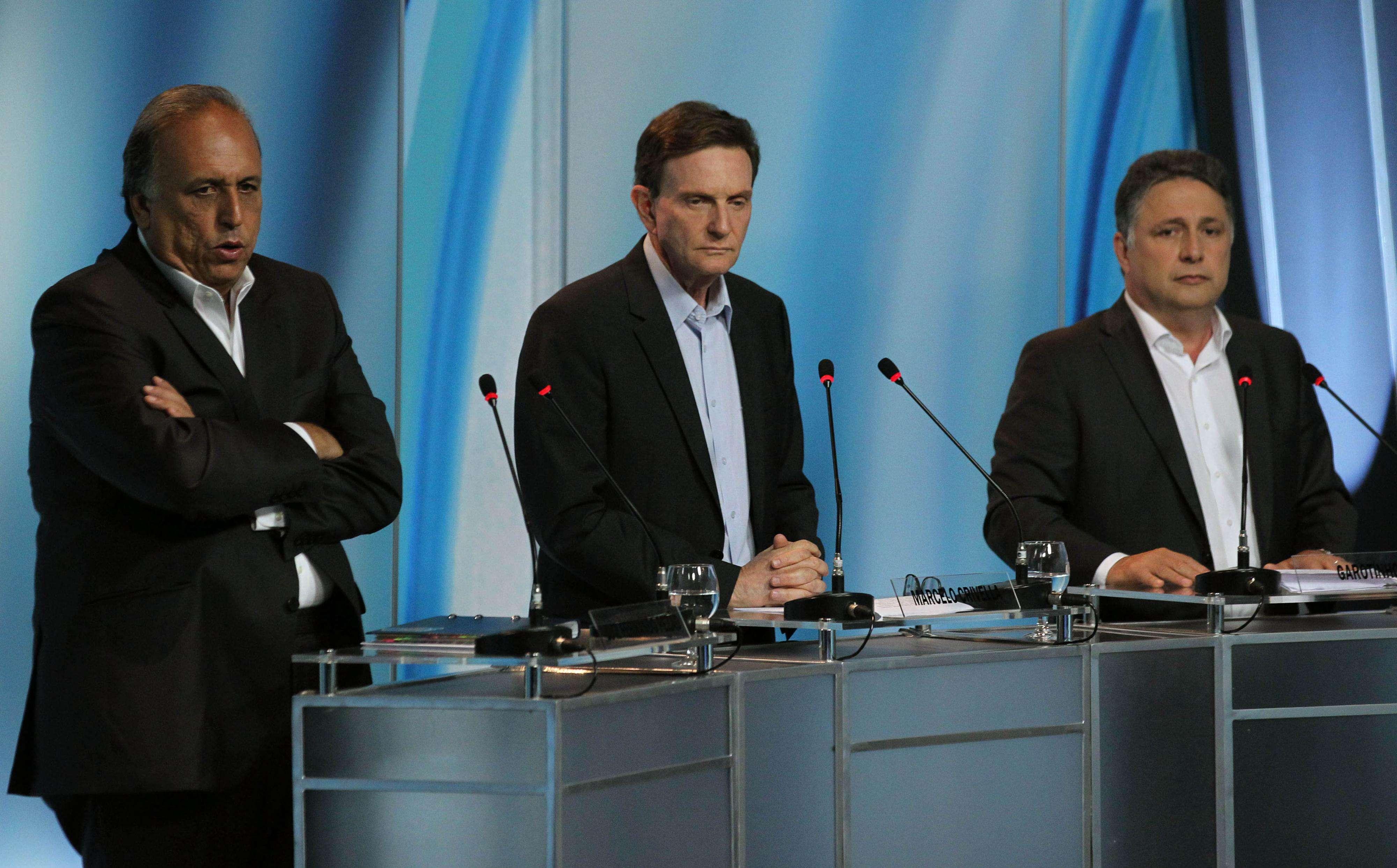 Os candidatos ao governo do RJ, Luiz Fernando Pezão (PMDB), Marcelo Crivella (PRB) e Antony Garotinho (PROS), durante debate da TV Record Foto: Fotos públicas/Tasso Marcelo/Divulgação