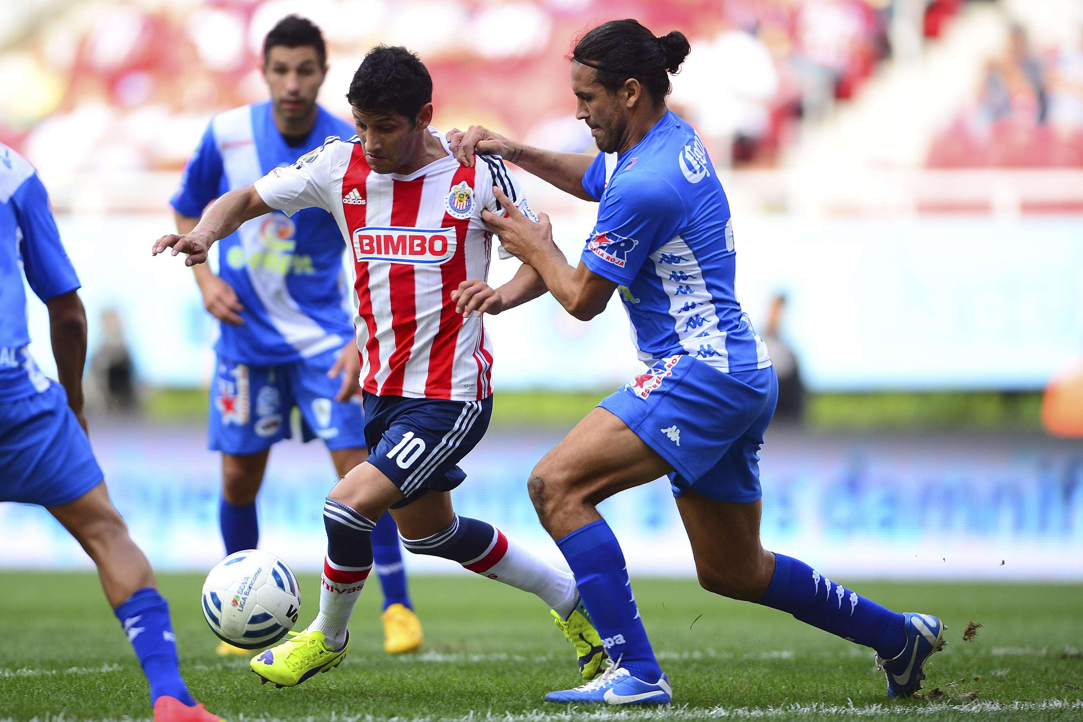 En un duelo entre equipos involucrados en la tabla de descenso, Chivas y Puebla no se hicieron daño y empataron 0-0 en duelo celebrado en el estadio Omnilife, que cerró la jornada 10 del torneo Apertura 2014. Foto: Mexsport