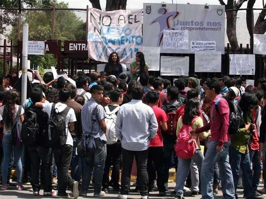 En el campus de Zacatenco, los estudiantes reforzaron sus medidas de control para evitar la filtración de otros actores en su movimiento. Foto: Reforma/Alejandro Mendoza