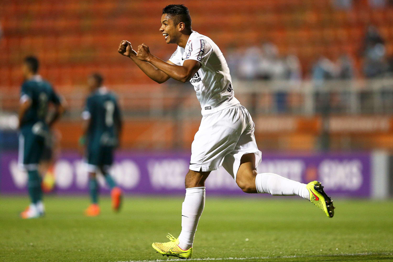 David Braz comemora gol marcado em duelo contra Goiás Foto: Wagner Carmo/Getty Images