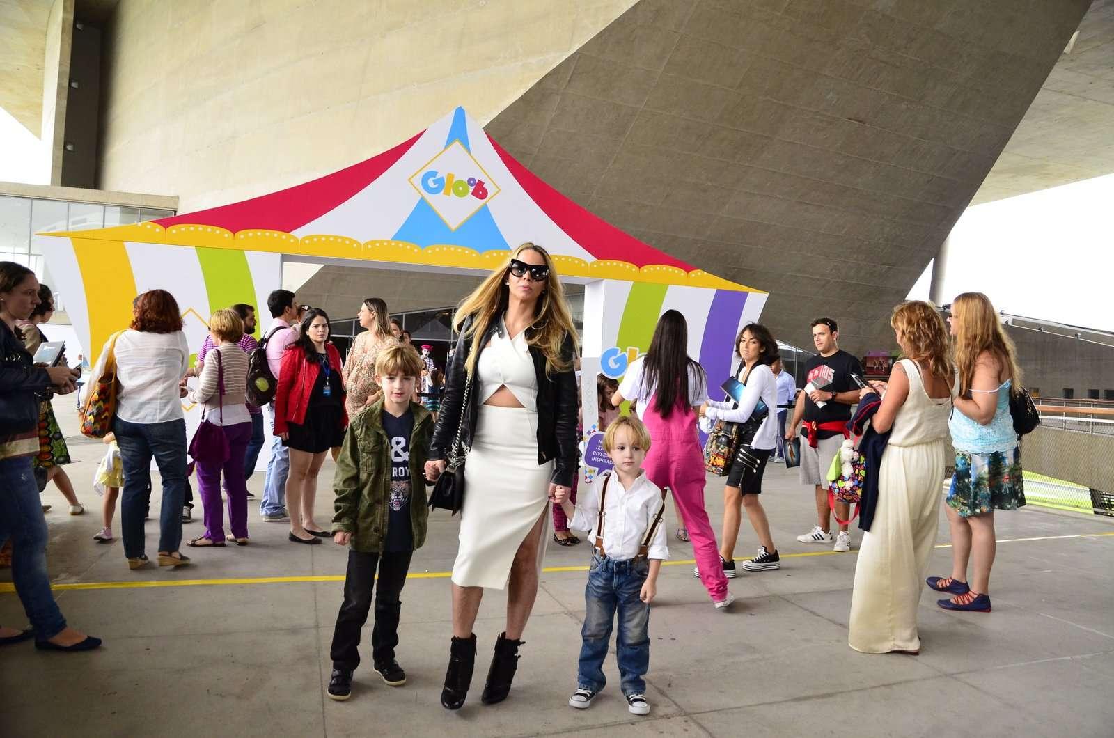 Danielle Winits com os filhos, Noah e Guy Foto: Henrique Oliveira/AgNews