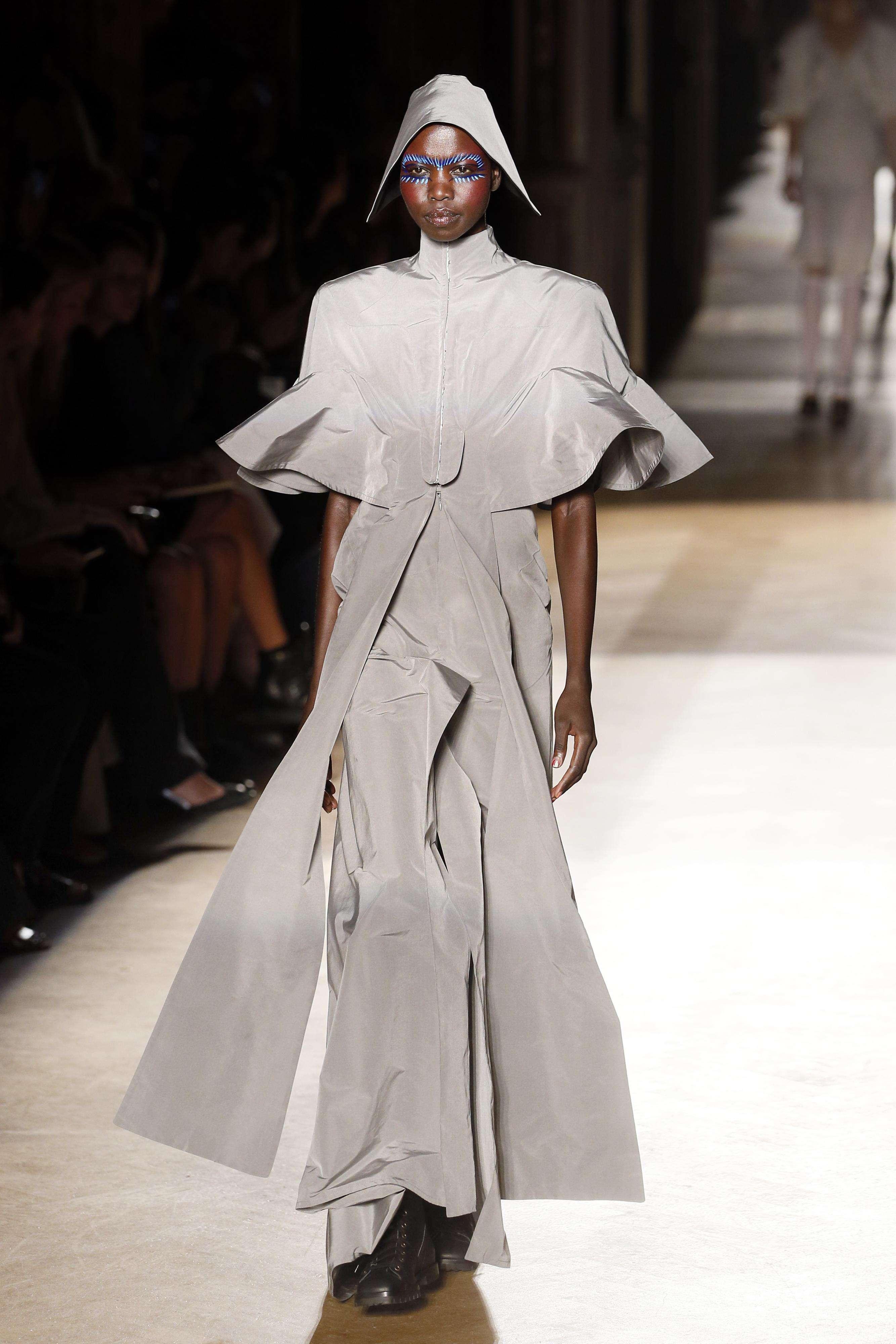 La diseñadora británica Vivienne Westwood llegó este fin de semana al Paris Fashion Week para presentar sus desafiantes propuestas para la primavera-verano de 2015. Muchos volumen y prendas oversized fueron los principales aportes a sus ya tradicionales cortes asimétricos. Los colores se mantuvieron dentro de las tonalidades oscuras, destacando el rojo, olivo y negro. Foto: PATRICK KOVARIK/AFP en español