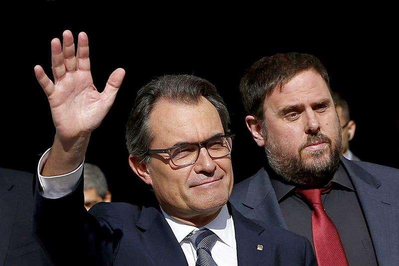 El presidente catalán, Artur Mas (i), y el líder de ERC, Oriol Junqueras, salen del Palau de la Generalitat tras la firma del decreto de convocatoria de la consulta del 9N Foto: EFE