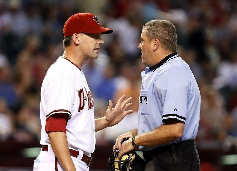 Arizona Diamondbacks manager AJ Hinch (L) argues with home plate umpire Mike Everitt about a call at home plate against the New York Mets in the third inning during their MLB National League baseball game in Phoenix August 12, 2009. Foto: Rick Scuteri/Reuters