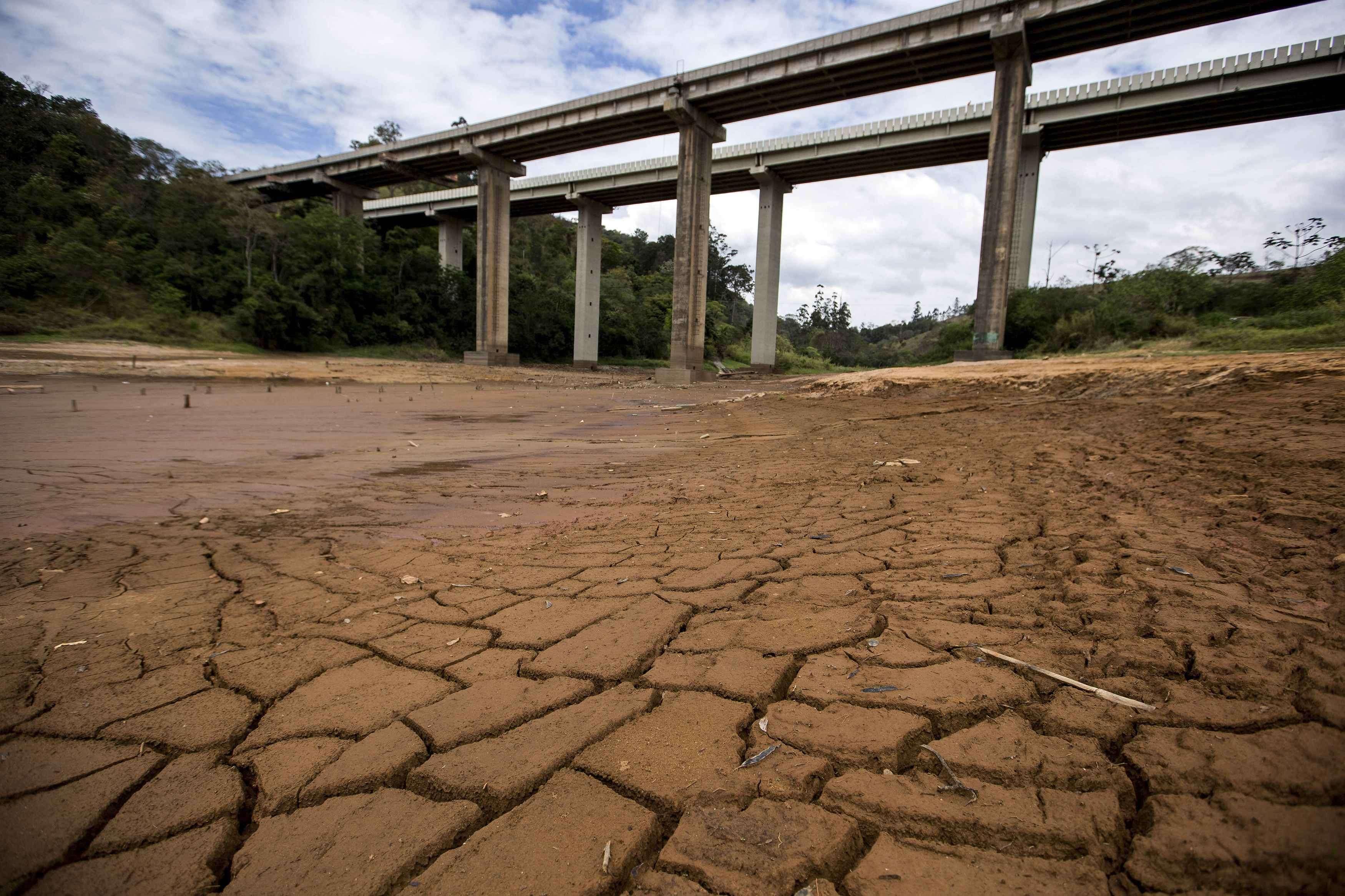 Lago quase seco atrás da represa Nazaré Paulista, parte do Sistema Cantareira, que fornece a maior parte da água da grande São Paulo, em 25 de setembro Foto: Roosevelt Cassio/Reuters