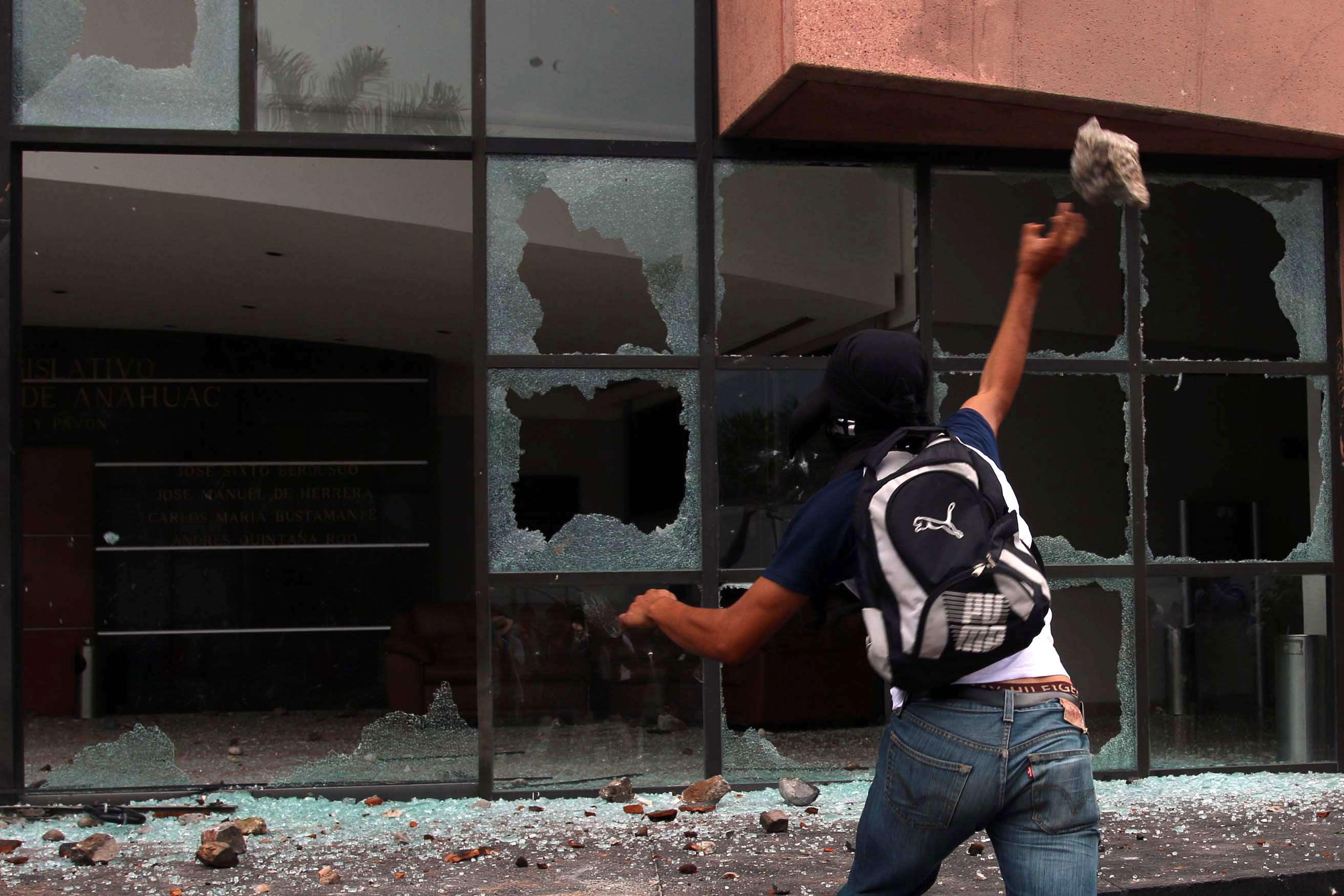 Encapuchados lanzaron piedras contra la sede del Congreso de Guerrero Foto: EFE