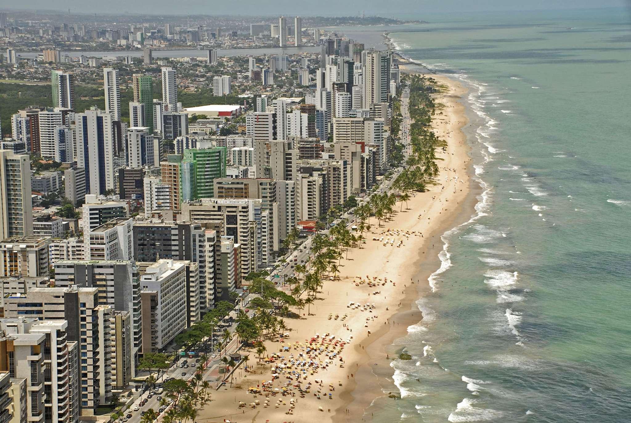 Splendour of the Seas - A primeira viagem no Brasil em 2014 do Splendour of the Seas, da Royal Caribbean International, será um roteiro de cinco noites com partida de Santos em 7 de dezembro. As escalas ocorrem em Búzios, Ilha Grande e Ilhabela. Preços a partir de R$ 922 por pessoa, mais taxas Foto: Diego Cardini/Shutterstock