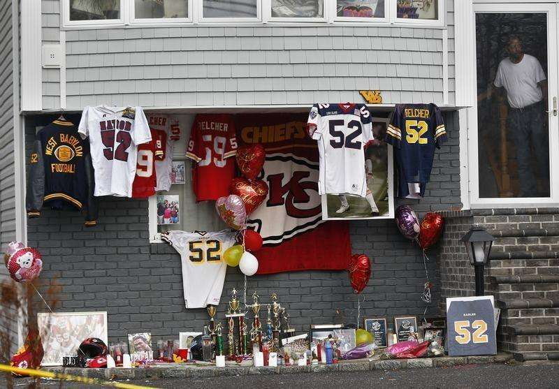 A makeshift memorial for Kansas City Chiefs football player Jovan Belcher is seen outside his mother's home in West Babylon, New York December 4, 2012. Foto: Shannon Stapleton/Reuters