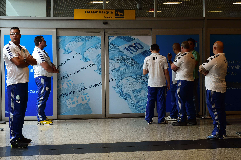 Seguranças fingem esperar elenco no saguão de desembarque Foto: Djalma Vassão/Gazeta Press