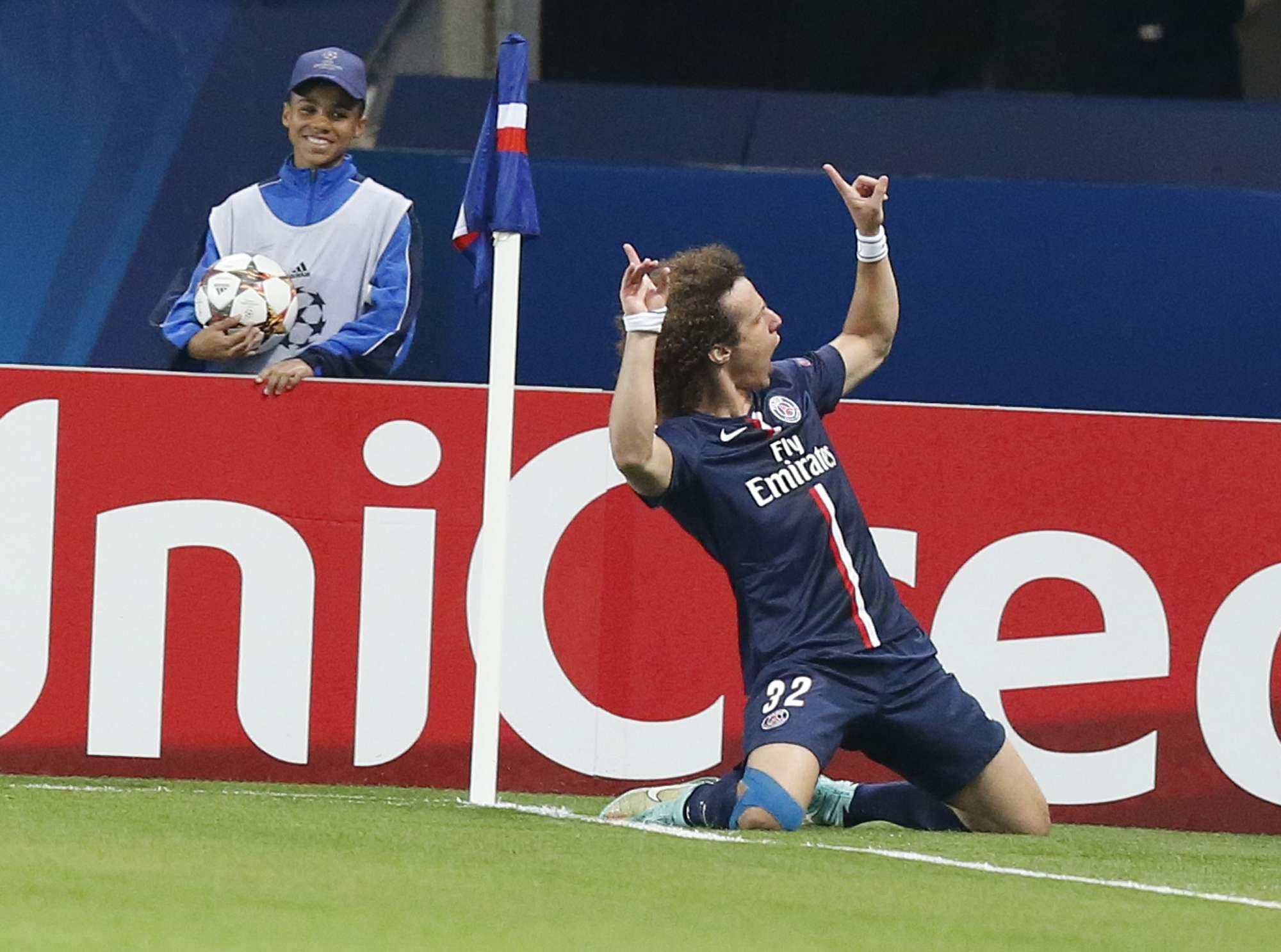 David Luiz comemora depois de abrir o placar de PSG x Barcelona Foto: Michel Euler/AP