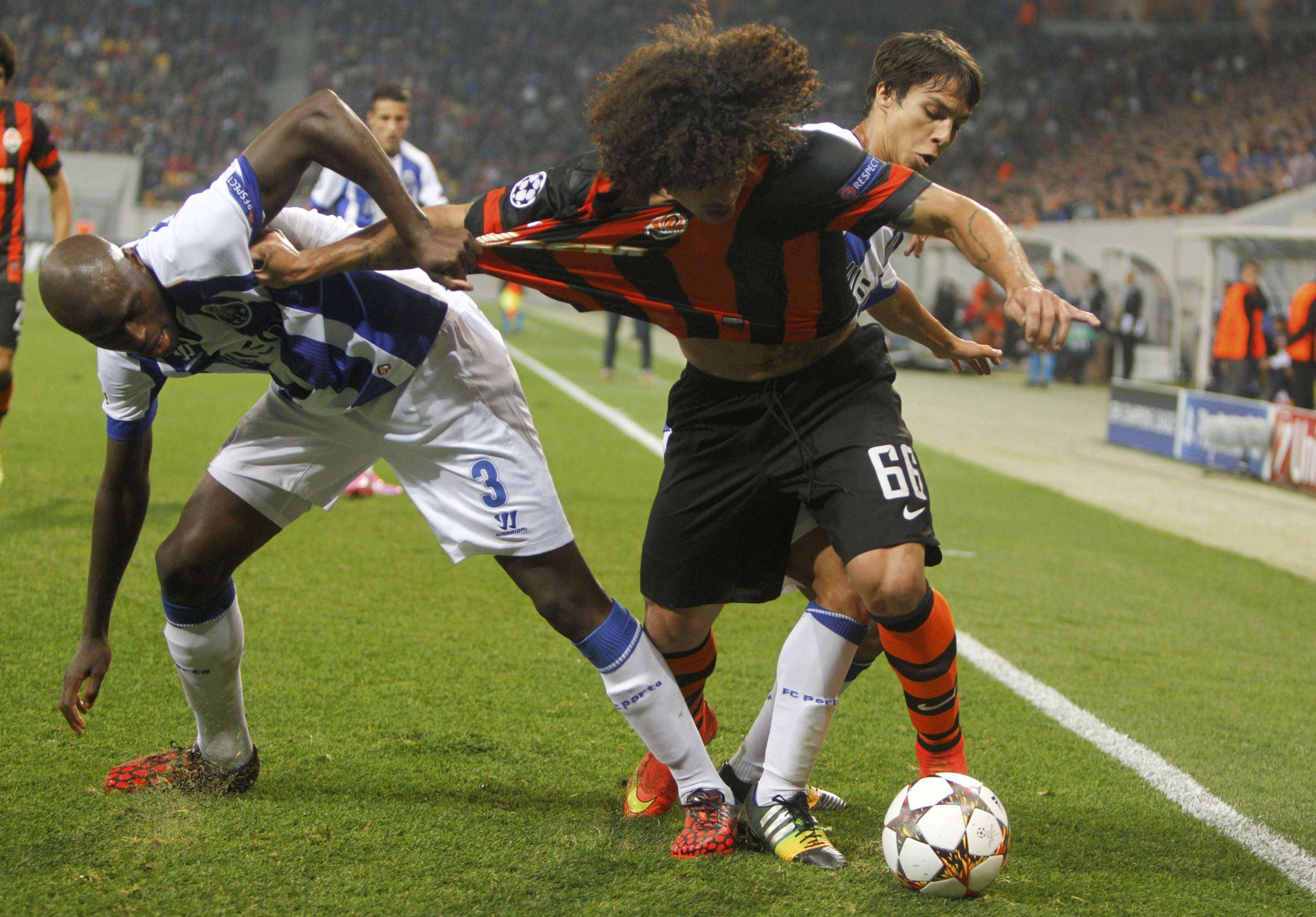 Márcio Azevedo protege a bola durante empate do Shakhtar Donetsk com o Porto Foto: Valentyn Ogirenko/Reuters