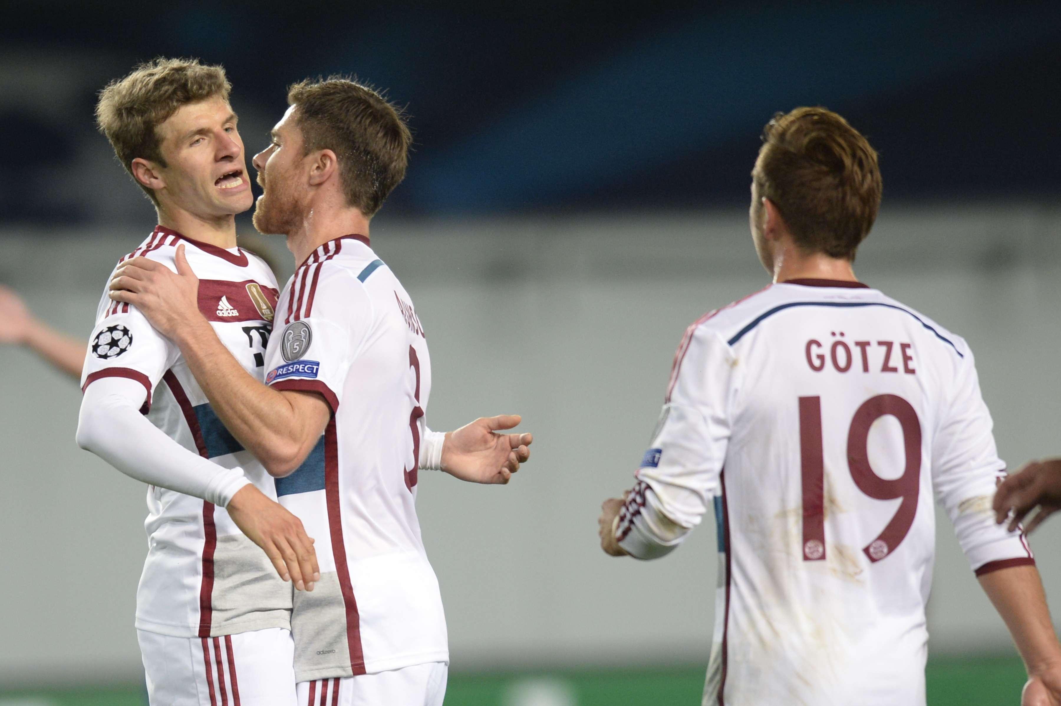 Atletas do Bayern trocam abraços após gol Foto: Alexander Nemenov/AFP