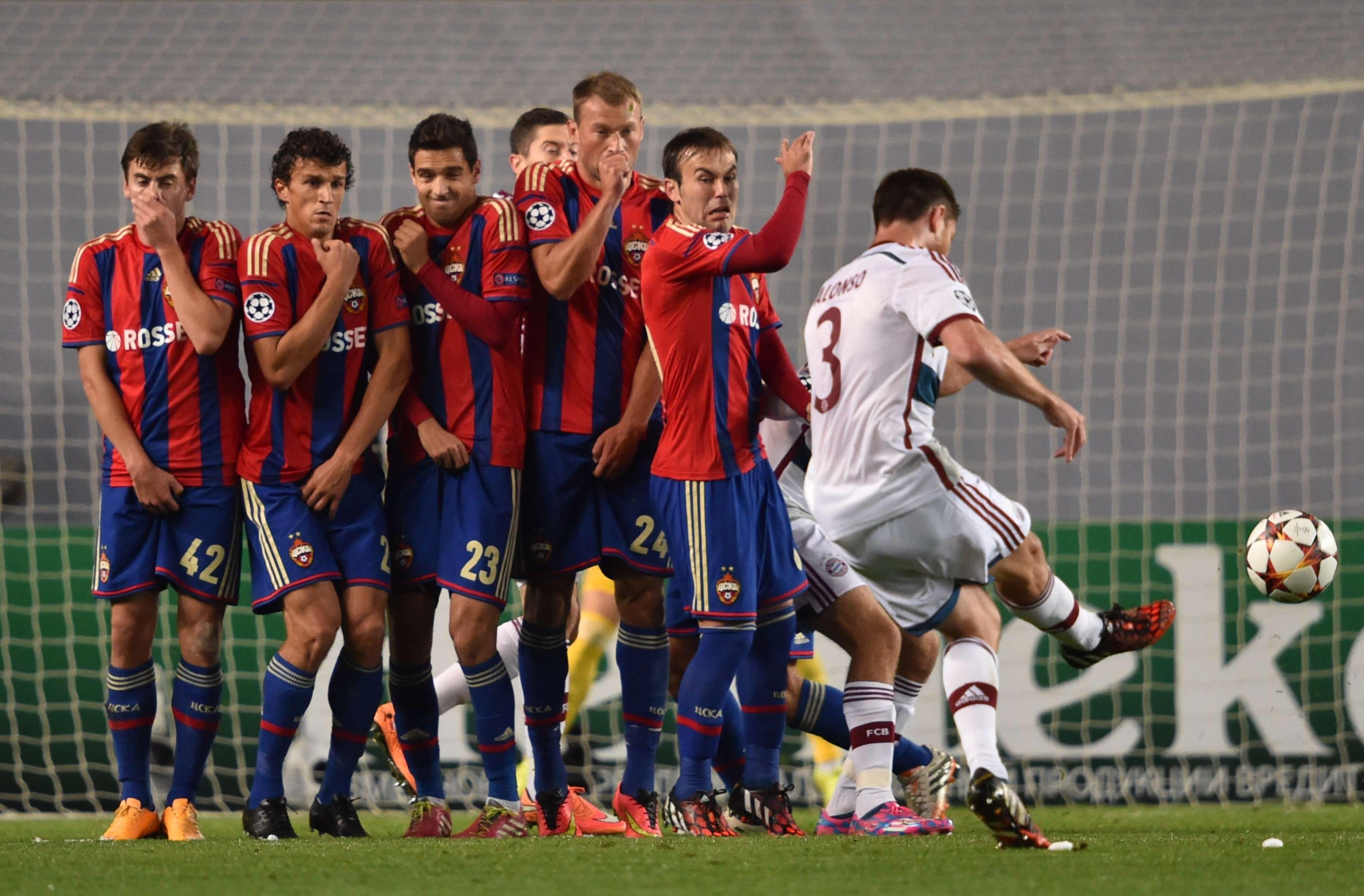 Xabi Alonso bate falta em duelo da Liga dos Campeões Foto: Kirill Kudryavtsev/AFP